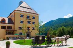 Schloss Fuschl Außenansicht mit Kutsche