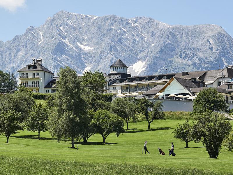 Schloss Pichlarn mit Berg Grimming und Golf & Country Club Schloss Pichlarn