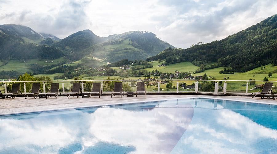Beheizter Außenpool im 4.500 m² großen Wellnessbereich & SPA von Romantik Hotel Schloss Pichlarn © Richard Schabetsberger